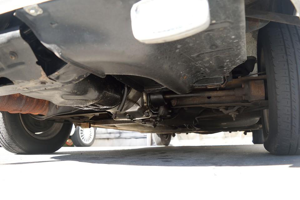 車体後方、エンジン下面。長年のオイルにじみ跡が結構ありますが、現在、ポタポタ垂れるような酷いオイル漏れはありません。