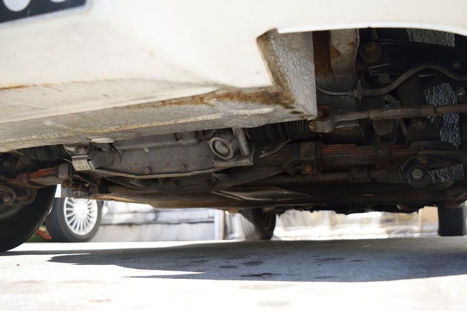 車体前方下面。表面に付く薄いサビ程度はもちろんありますが、強度を損なうような酷いサビ、腐食は無いのがお判りいただけると思います。
