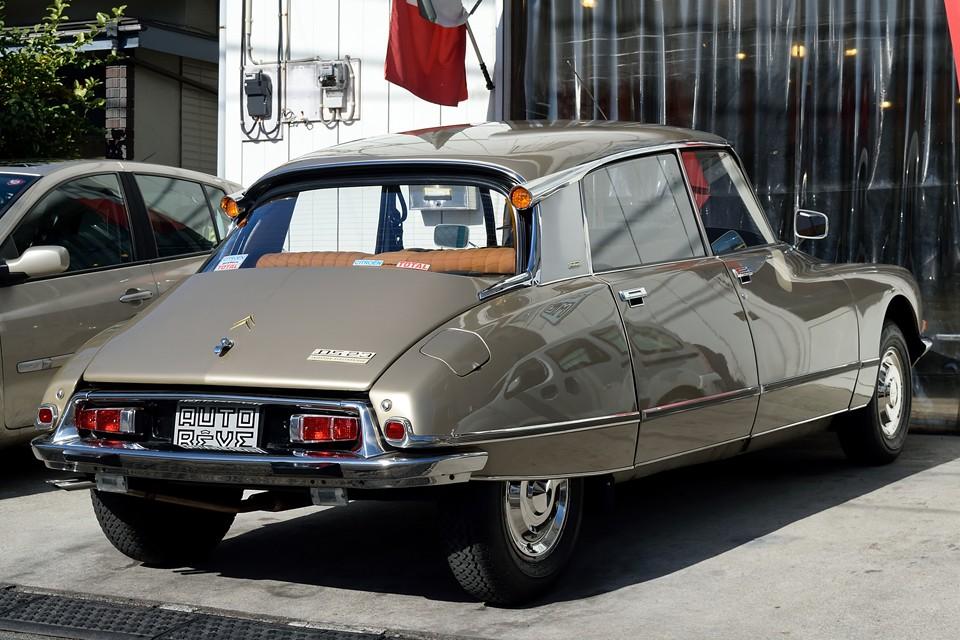 20年間をフランスで過ごしたのち、1992(平成4)年に輸入され、それ以来、日本国内ワンオーナーの美車!塗装を含む外装はフランスから来たままの状態だそうですが、24年を経過してこの状態は、まさに驚愕!