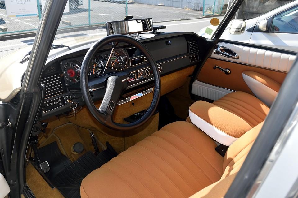 日本にて、シート、ドア内張り、天張り、カーペット、カーペットスポンジ、つまりは内装すべて張替済!もちろんオリジナルと同じ、オレンジモケット&白ビニールレザー仕上げ!