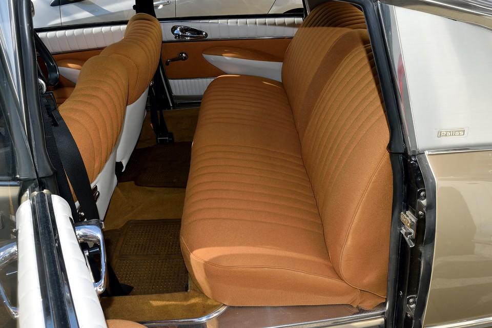 使用頻度の少ないリアシートは張り替えたまんまという印象です。乗り込むとシートの柔らかさはもちろんですが、カーペットスポンジのおかげで足元の柔らかさにも驚かされます。