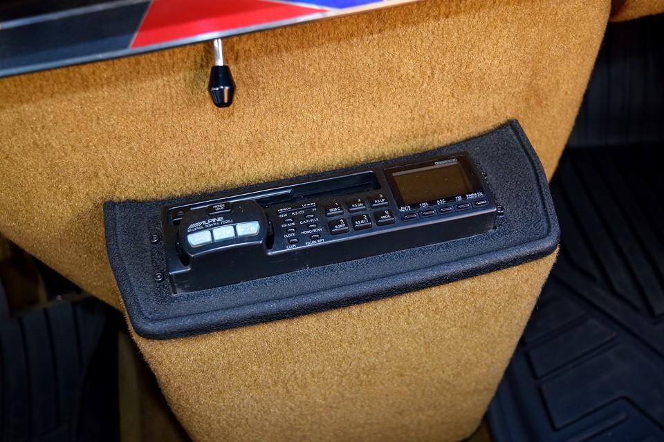 オーディオは現在、ALPINEのカセットデッキです。これはこれで年代的な調和が取れていると思うのですが、機能的な古さは否めませんので交換するのもありかと・・・。
