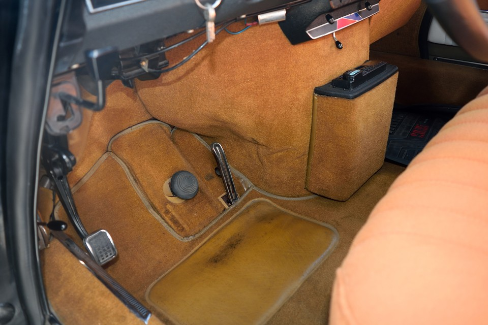 カーペットもすべて張り替え済で言うこと無し!このまま乗らずにとって置いた方が・・・いえいえ、DSと言えども本来は実用車!乗ってナンボなのです!