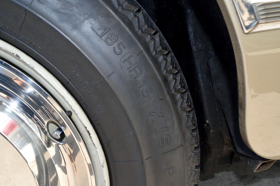 タイヤはクラシックミシュランXVSの185HR15を装着。安価な国産タイヤもありますが、やはりタイヤにはこだわりたいですもんね。