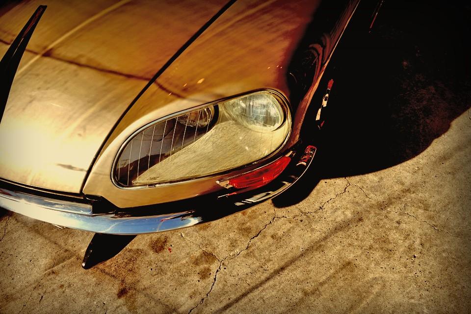 しかし大衆車としては、あまりにも先進的なボディデザインに、高度な油圧機構で、それまでに無い新しい価値をクルマにもたらすことに・・・。