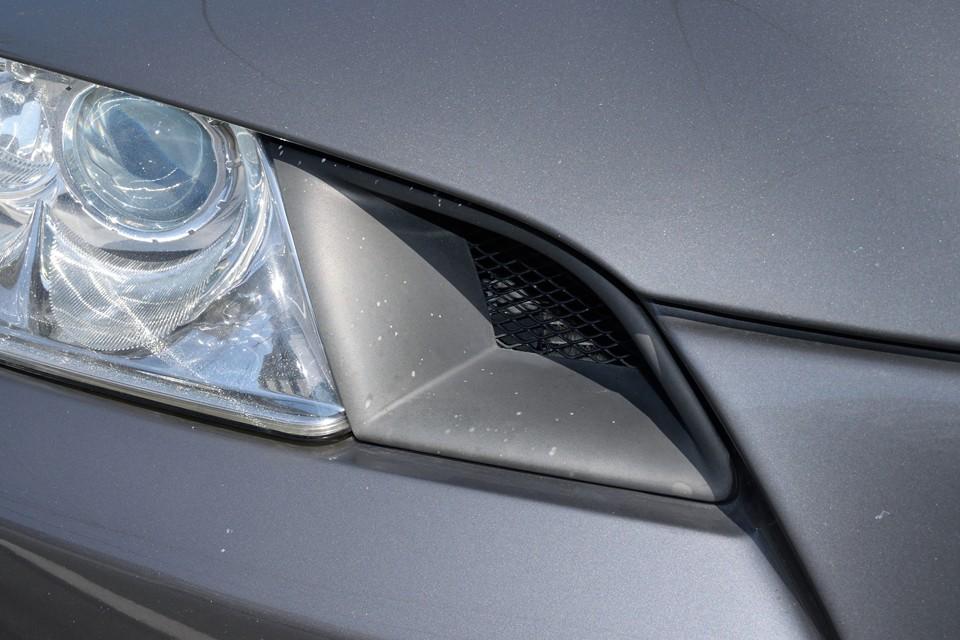 右ヘッドライト内側の樹脂部にご覧の点状の汚れ?があります。洗剤では落ちませんでしたので、気になるようでしたら塗装が必要かもしれません。