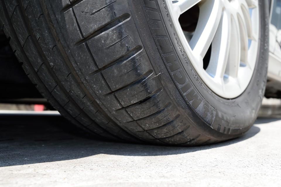 タイヤはミシュランのPILOT SPORTS3、サイズは215/55R16。残溝は7~8分山というところでしょうか。当分交換の必要は無さそうです。