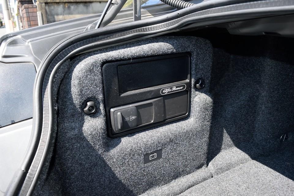 トランクのこの部分にCDチェンジャーを装備。この下にバッテリーがありますので、交換は容易ですね。