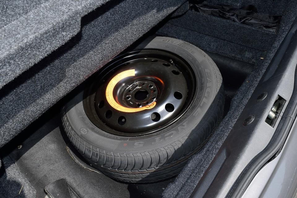 トランク床下にスペアタイヤ。使用した形跡は無いようです。