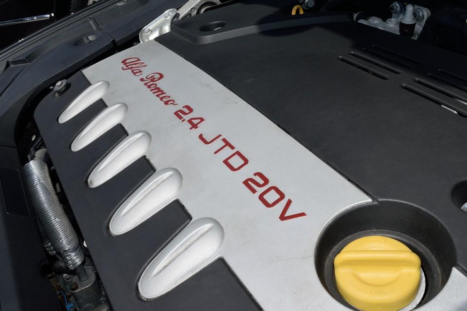 直列5気筒20V 2.4L、コモンレール式直噴ディーゼルエンジン!最高出力185ps/4000rpm 、最大トルク39.3kgm/2000rpmを発生!ガソリンのV6 3.0Lが最大トルク27.0kgm/5000rpmなので、トルクの太さは圧倒的!