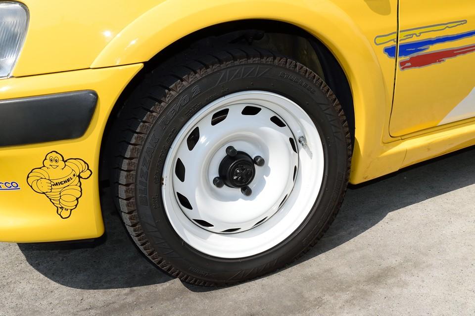ノーマルの白鉄ッチンホイールは普段お使いになっていなかったようで、目立つガリキズも無い状態です。現在タイヤは、まだ新しいスタッドレスを装着。