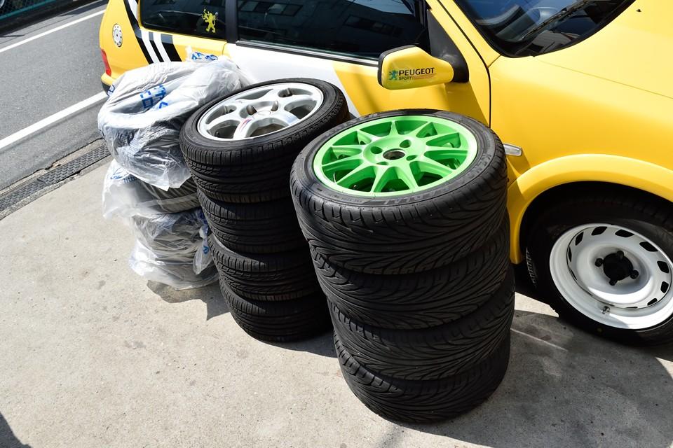更に更に、なんとトランクに積んだ新品タイヤ4本以外に、ご覧のタイヤ4本、タイヤ&ホイールセット4本×2セットが付属します!ふ、ふ、太っ腹にもほどがあるっちゅ~の!