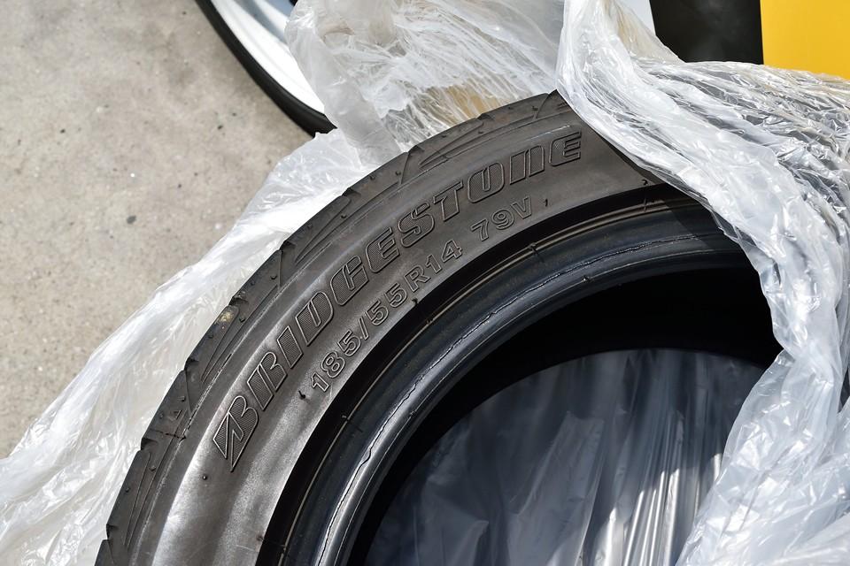 3~4分山ほどあるブリジストンタイヤはノーマルサイズの185/55R14。現在装着している白い鉄ッチンホイールに適合するサイズです。