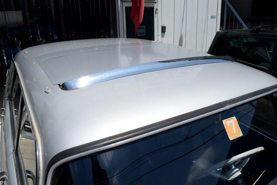 本車両はサンルーフ付きですが、丁度ピッタリのシルバーのマグネットシートで雨漏り対策!これ簡単ですが、確実!・・・ってことは?そうです、少し雨漏りするそうですので・・・。