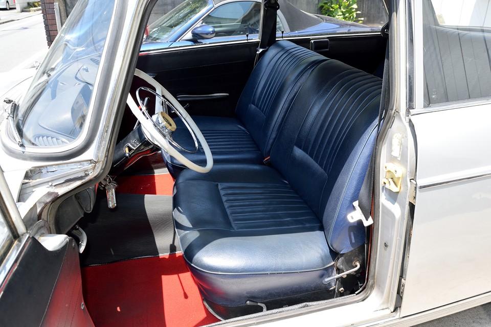 シートはオリジナル同様のブルーのビニールレザーで張替られており、清潔な印象です。もちろん破れはありません。