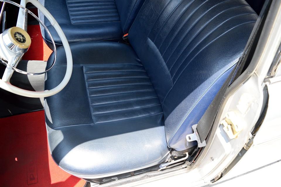 このタップリとした広さと、まるでベッドのような厚い座面が、座った瞬間に・・・「うわぁ~、フランス車のシートだぁ~!」