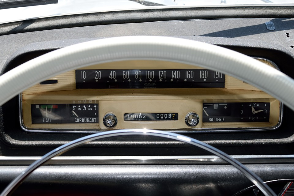 アンティークラジオのような雰囲気のメーターパネル!いいですねぇ~!走行距離はご覧の通り5桁メーターですので不明とさせていただきました。