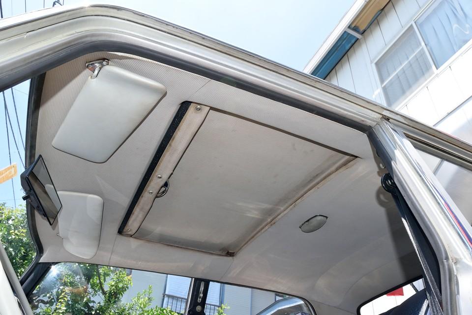 サンルーフ付きではありますが、前オーナー様はほとんど開けなかったそうで・・・60年代フランス車のサンルーフ・・・確かに開けない方が・・・(苦笑)