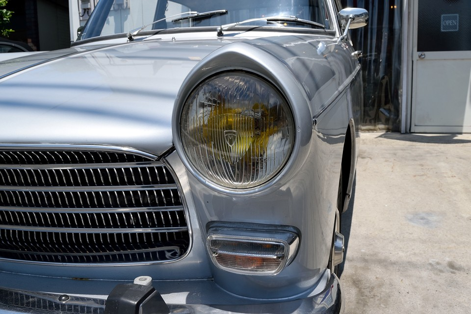 オールドマーシャルにイエローバルブ・・・夜間の点灯時はもちろん、昼間でも奥に見える黄色い瞳がフランス車らしさタップリなのです!