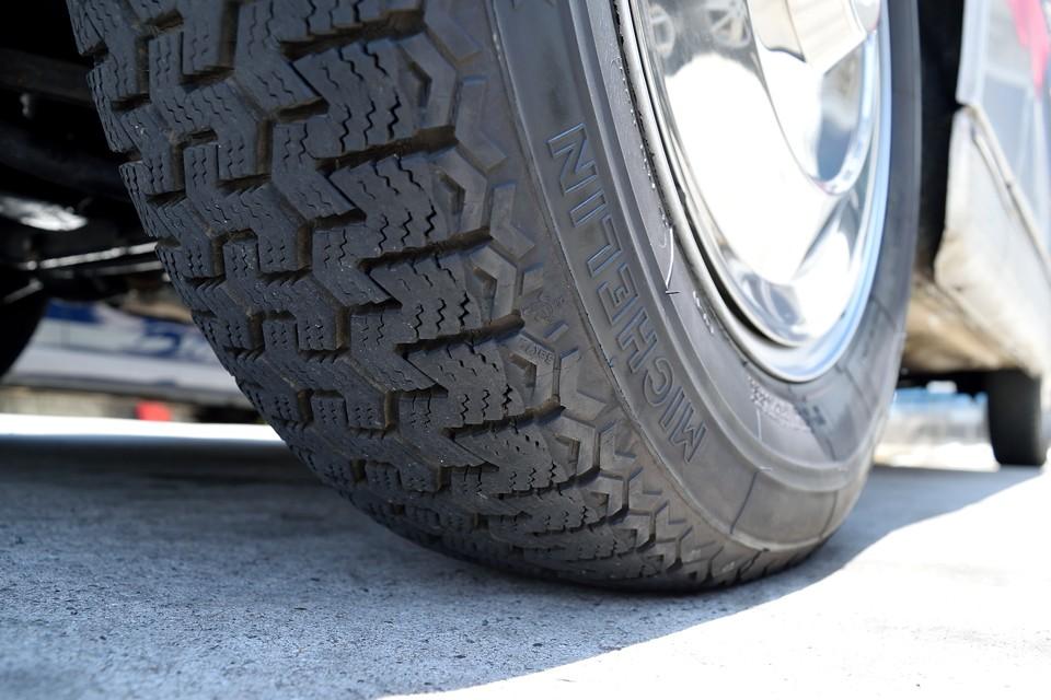 タイヤはクラシックミシュランXZXの165SR15。残溝も7分山というところでしょうか。当分交換の必要は無さそうです。
