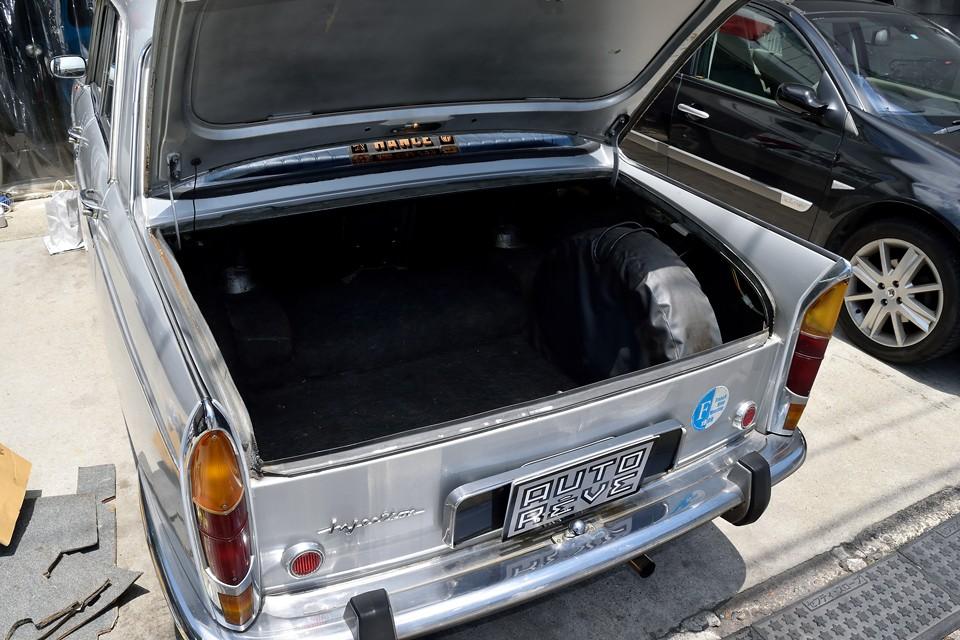 このボディ形状ですからトランク容量は広大!タテにスペアタイヤが収まるんですから、その広さもお判りいただけるかと・・・。