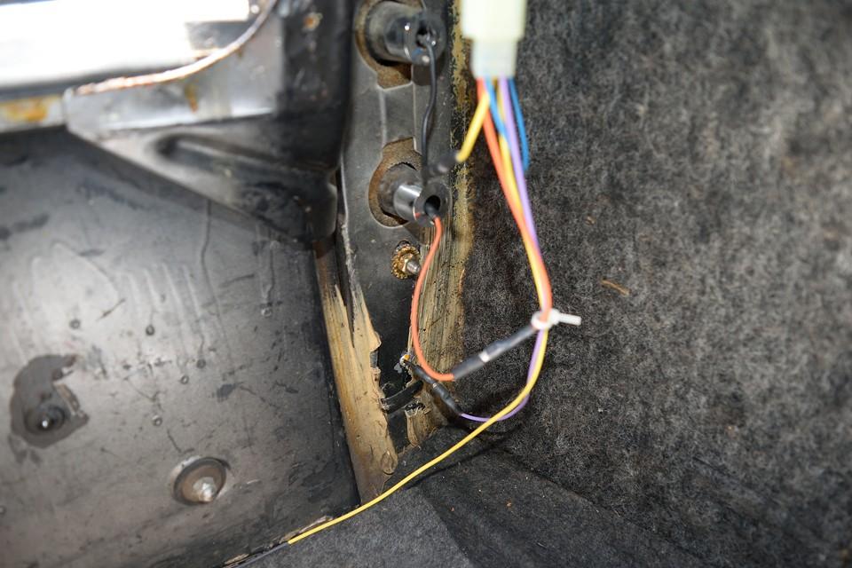 トランク内の左リア部分です。汚れはあるもののサビ、腐食は無いのがお分かりいただけるかと・・・リア周りは配線も引き直してあるようです。