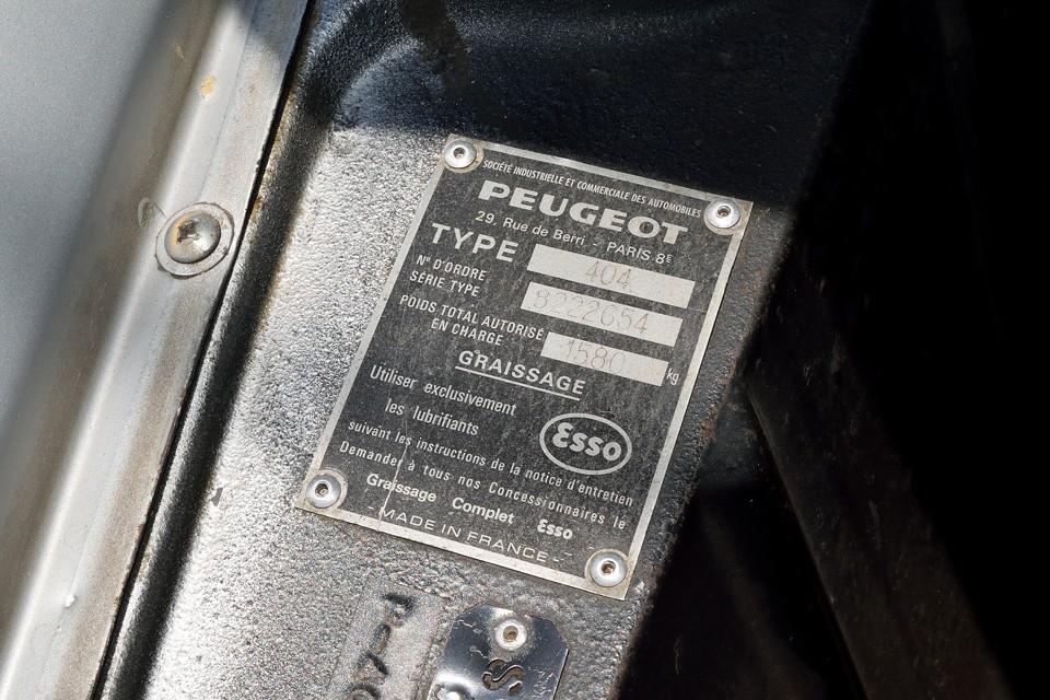PEUGEOTの書体が・・・泣かせます!ちなみに404はフランスでの生産は1975年までで、それ以降は世界の各地で1988年まで生産が続きましたが、本車両はプレートにも記載の通りフランス製!
