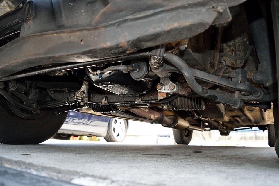 エンジン下面。長年のオイルのにじみ跡は見られます。現在は垂れるような酷いオイル漏れはありません。ブーツ類も大丈夫そうですね。