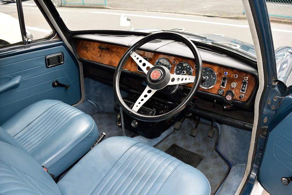 英国車はこの感じが良いんですよねぇ。ウッドパネルに走りのMGを感じさせる3連メーターにスポーツ感タップリのステアリング!もちろんMGはこれがオリジナルです!