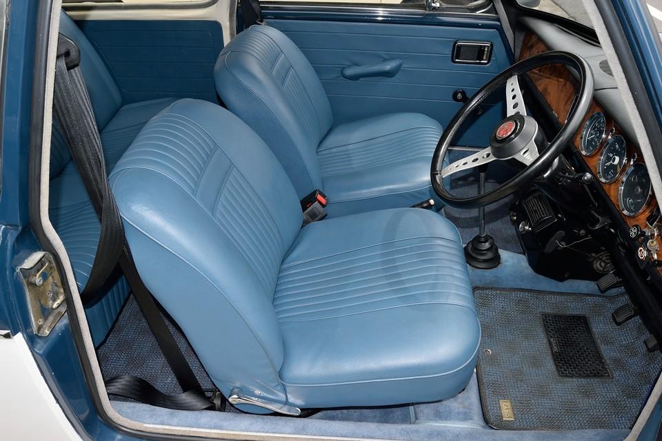 ボディの2トーンにピッタリのブルーのビニールレザー・・・たまりません!小ぶりではありますが、座面も厚く、座り心地は秀逸!