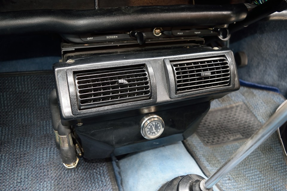 本車両はクーラーを装備!ちゃんと機能しており、風量もそれなりにあって、実用レベルですが、コンプレッサーが作動すると、さすがにエンジンパワーを食われている感があるのは否めません。