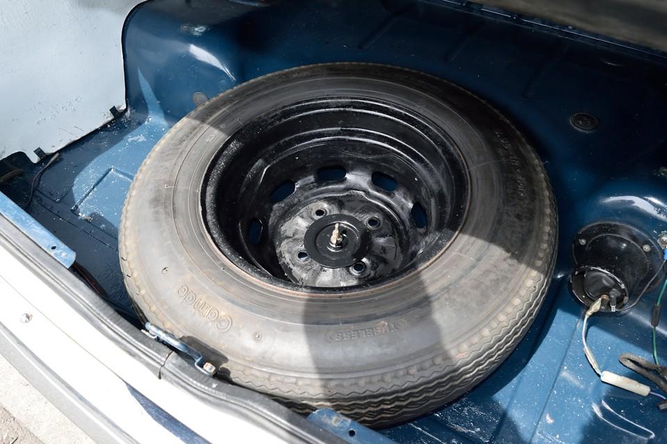 トランク床下に、少し古いようですが、ちゃんとスペアタイヤも装備。横のスペースは物入れにも使えそうです。