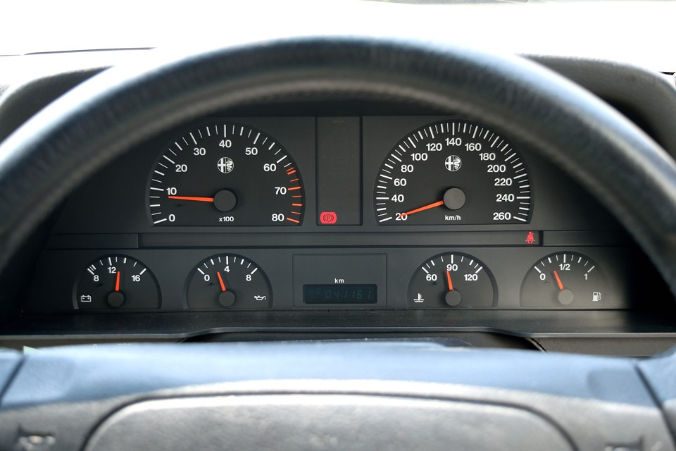 実走行4.1万km。気になるタイミングベルトも平成28年7月、40,183km時にテンショナーも合わせて交換済!この時、合わせてエンジンオイル、オイルエレマント、ブレーキパッド、水温センサー、ブレーキオイル、サーモスタット&ガスケット、クーラント、全Vベルト、エンジントルクロッド、右ドライブシャフトインナーブーツ、A/Cコンプレッサー(リビルト品)、コンプレッサーOリング、A/Cガス真空引き&ガスチャージ、左右ステアリング・ラックエンドブーツ、リアエンドマフラー、これらすべて交換整備済!更に弊社入庫時にラジエターからLLCにじみがありましたので、ラジエターも交換済!このまま気持ち良くお乗りいただける状態です。