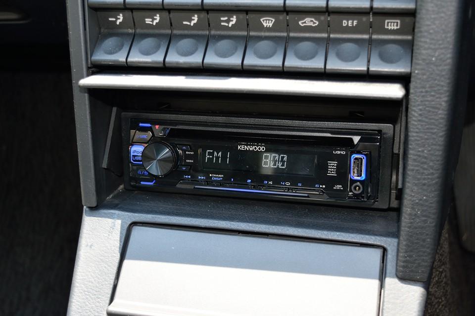 普段は開閉式のフタで隠れて見えないオーディオですが、ご覧のKENWOOD製のものが装備されています。
