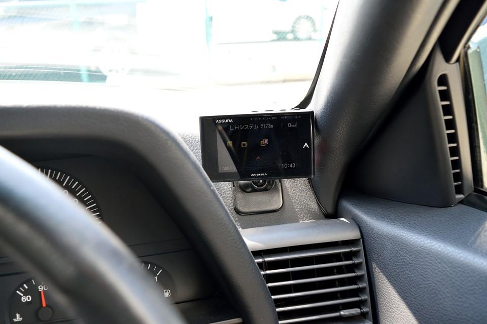 本車両はご覧のレーダー探知機も装備。だからってスピードの出し過ぎは禁物!