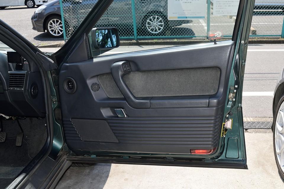 センターパネルやルーバーと共通の細かなスリットをデザインモチーフにしたドアの内張り。目立つ汚れや損傷も無く清潔な印象です。