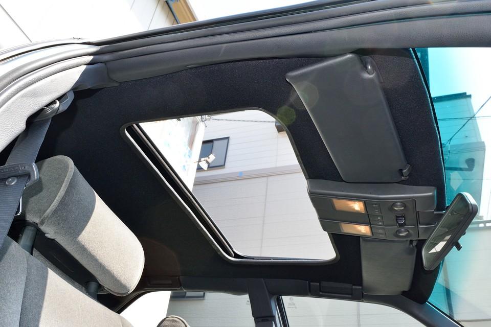 本車両は電動サンルーフを装備。これは気持ち良いドライブが出来そうですねぇ。