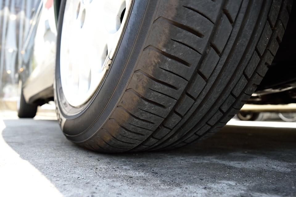 タイヤ残溝は7~8分山というところでしょうか。当分交換の必要は無さそうです。