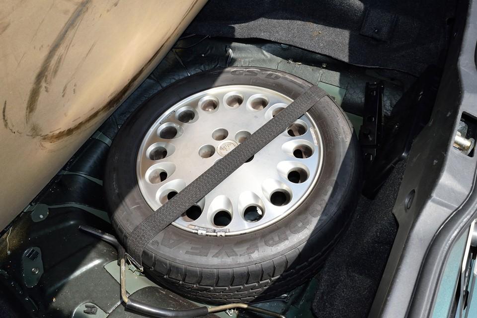 トランク床下にスペアタイヤも装備。タイヤは古いようですが、ホイールは比較的キレイなので、将来タイヤ交換の際に、キズのあるホイールと入れ替えても良いかと・・・。