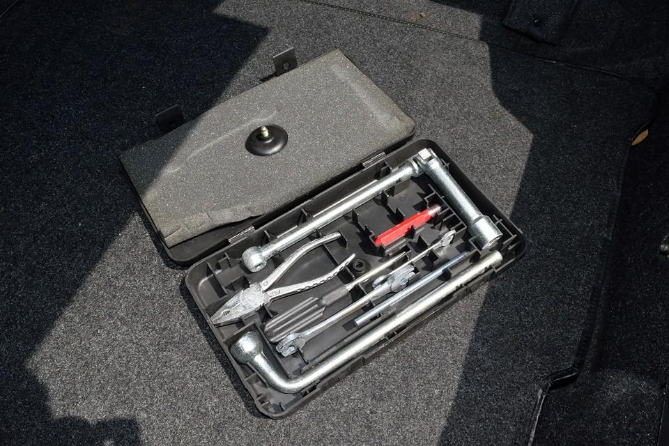 トランク内に備え付けの純正の工具セットも残っています。