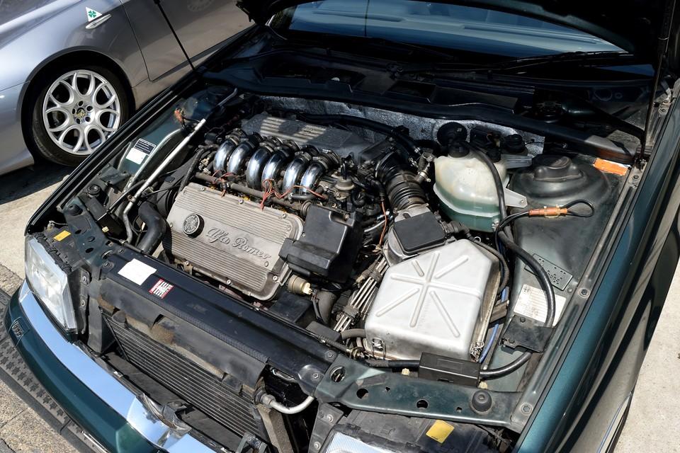 官能のアルファロメオV6!あのSZに搭載されていたSOHC12バルブエンジンをセダンである164に合わせディチューンしたもの・・・いや、出力はダウンしたけど、トルクはアップしているので、ディチューンと言うより、164チューニング!