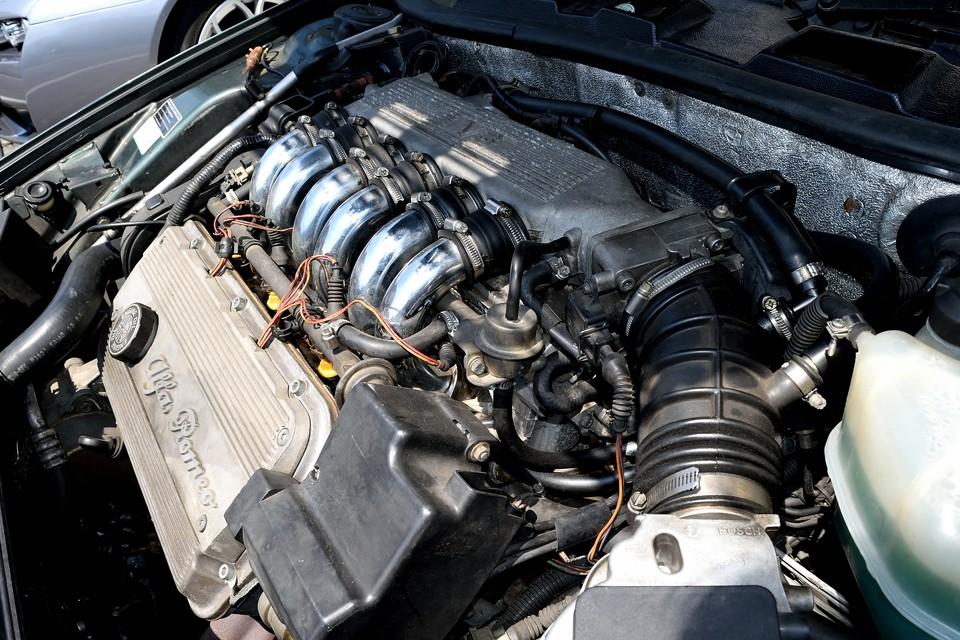 最高出力175ps/5600rpm、最大トルク26.4kg・m/4400rpmを発生!アルファ6(セイ)~GTV~75~SZと引き継がれ、アルファV6エンジンの絶頂期とも言える唯一無二のユニット!