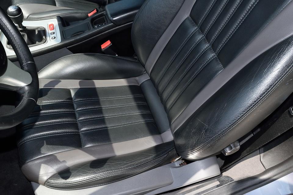 一番劣化する運転席のサイドサポート部でご覧の状態です。どうしても若干の使用感は有りますが、破れやステッチのホツレなんかはありません!