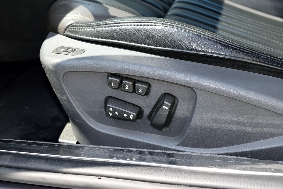 運転席のパワーシートには3パターンのメモリー機能も装備!複数の方でお乗りになる場合は、とっても便利。ワンプッシュでベストポジションに!