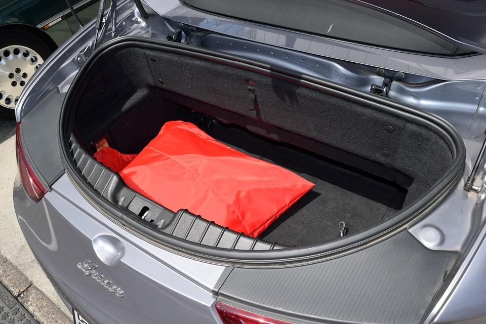 開口部は少し狭いですが、深さもあるので、思ったより荷物は積めます。写っている赤い袋は幌を保護するハーフカバーです。もちろん付属します。