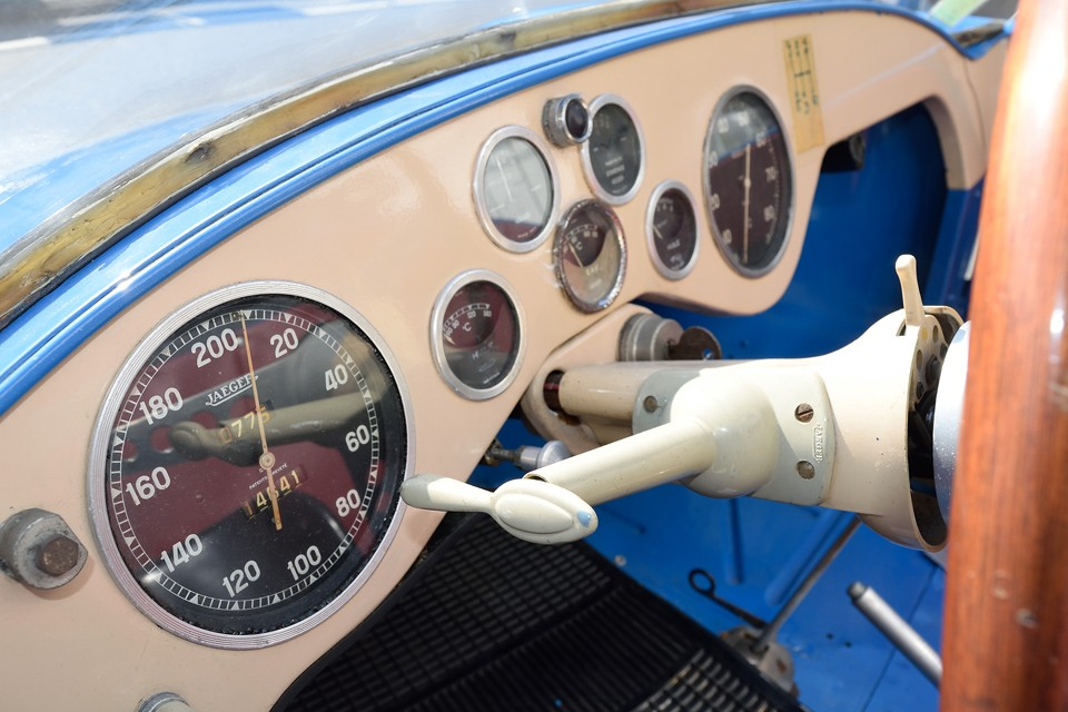 レーシングカーでありながら、大衆車4CVのインテリアパーツを当たり前のように流用する合理性・・・。