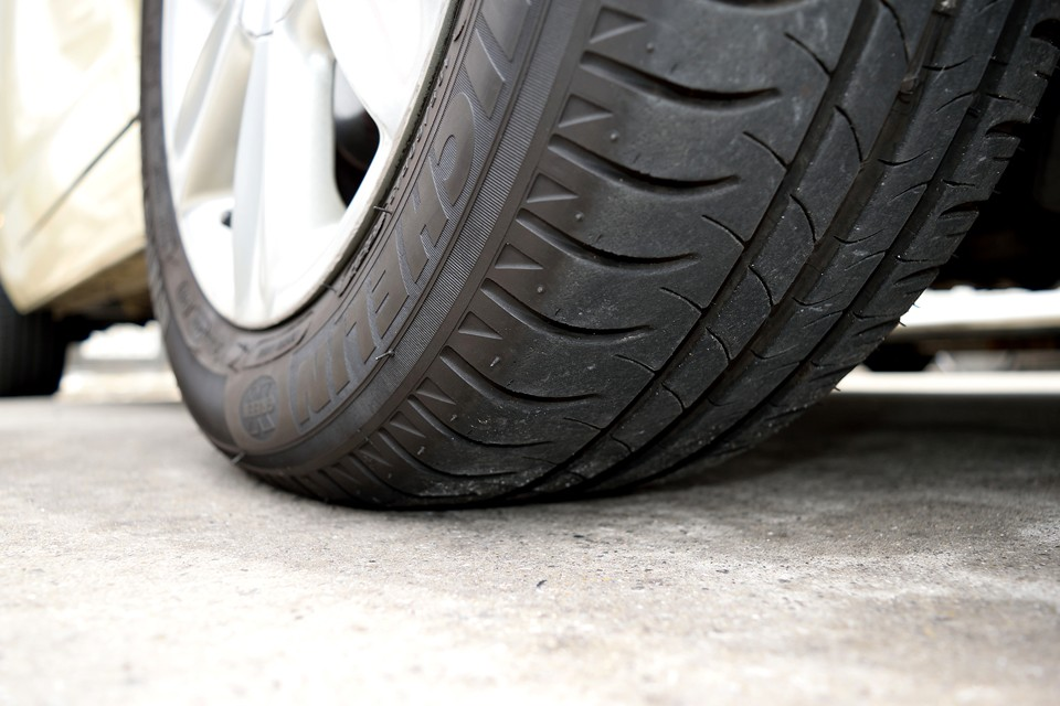 タイヤはミシュランで残溝は7分山くらいでしょうか・・・当分交換の必要はなさそうですね。