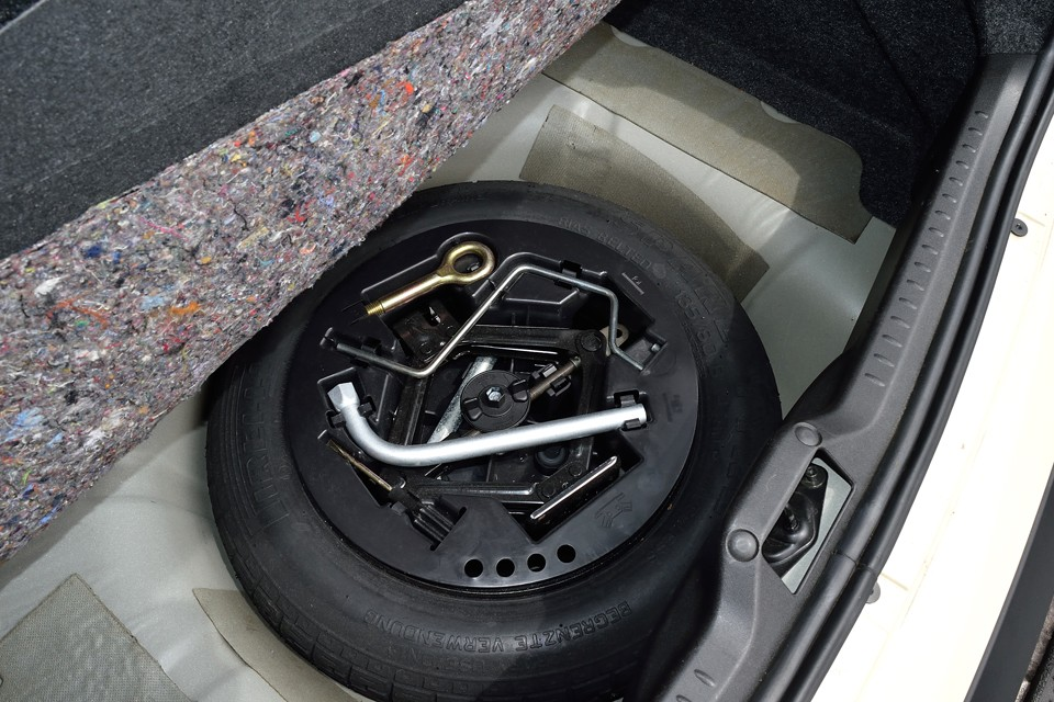 トランクマット下のスペアタイヤ、工具類もちゃんと揃っています。