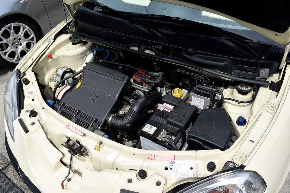 定評のあるフィアットFIREエンジン!1.4Lで95psを発生する性能以上に、パワフルで、とにかく良く回る気持ち良いエンジンなのです。それと・・・気が付きました?エンジンルームがキレイなこと。こういう個体はホント安心!