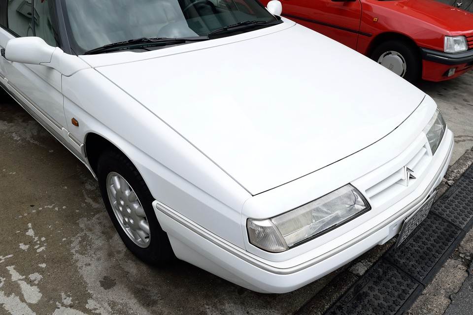 白塗装なのでそれほど目立ちませんが、経年でのクリア塗装劣化はボディ全体にわたってあります。18年を経過したおクルマですので、致し方ないところでしょうか・・・。